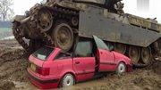 德國豹式坦克碾壓汽車