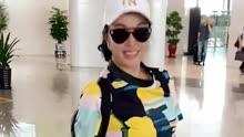 64岁刘晓庆亮相机场,看到她的小举动,网友:这是明星?