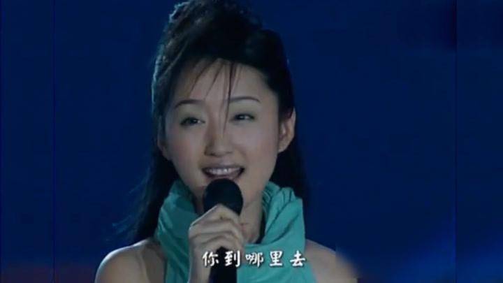 當年楊鈺瑩、那英、毛阿敏演出,一人一首紅歌,致敬臺下兵哥哥
