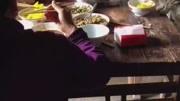 萌宠猫咪搞笑时刻:在桌上吃饭的感觉就是不一